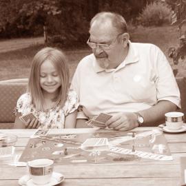 Hudba, filmy, čítanie a hry pre dedkov